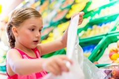 Niña que compra comidas sanas Imagen de archivo libre de regalías