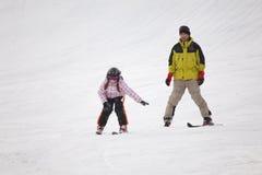 Niña que entrena al esquí alpestre Fotos de archivo