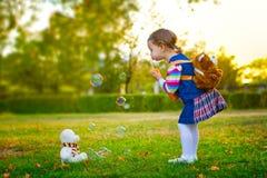 Burbujas de jabón del niño que soplan. Foto de archivo