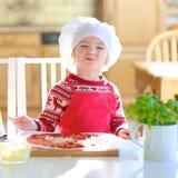 Niña que prepara la pizza sabrosa Imágenes de archivo libres de regalías