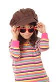 Niña sonriente en sombrero y gafas de sol Foto de archivo