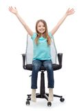 Niña sonriente que se sienta en silla grande de la oficina Fotos de archivo