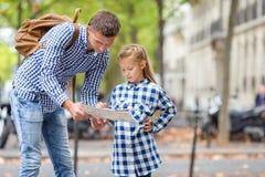 Niña y padre adorables con el mapa de Imagen de archivo libre de regalías