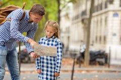 Niña y padre adorables con el mapa de Fotos de archivo