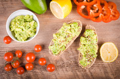 Śniadanie: avocado grzanka Na Drewnianym tle Obrazy Royalty Free