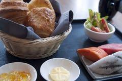 Śniadanie ciasta i tropikalnej owoc plasterki zdjęcie stock