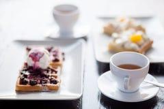 Śniadanie dla dwa, gofry i herbata, Zdjęcia Royalty Free