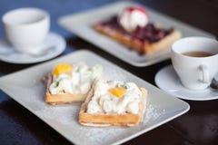 Śniadanie dla dwa, gofry i herbata, Obrazy Royalty Free