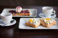 Śniadanie dla dwa, gofry i herbata, Fotografia Stock