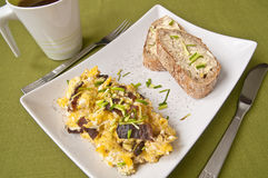 Śniadanie - rozdrapani jajka obrazy stock