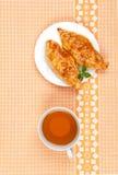 Śniadaniowa herbata i kulebiaki Zdjęcie Royalty Free