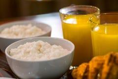 śniadaniowa owsianka i sok zdjęcie stock