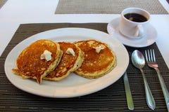 Śniadaniowi gorący torty i kawa Fotografia Stock