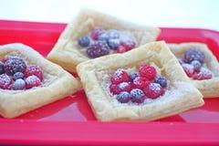 Śniadaniowi owocowi ciasta na czerwonej tacy Zdjęcie Stock