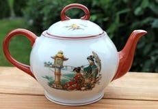 śniadaniowy porcelany teapot na drewnianym stole Obraz Royalty Free