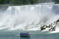 Niagara amerikanska nedgångar och touristic fartyg Royaltyfri Foto