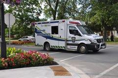 Niagara auf dem See, am 25. Juni: Krankenwagen-LKW herein Stadtzentrum von Niagara-auf-d-See von Ontario-Provinz Lizenzfreies Stockfoto