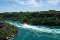 NIAGARA DALINGEN, ONTARIO, CANADA - MAG 21STE 2018: De auto dragende ruiters van draaikolkaero over de Niagara-Draaikolk stock fotografie