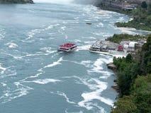 Niagara Falls avec le bateau de touristes photo libre de droits