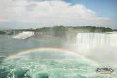 Niagara Falls beskådade från den kanadensiska sidan med regnbågen Royaltyfria Foton