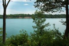 Niagara Falls beskådade från den stora kanalen för den kanadensiska sidan Royaltyfri Fotografi
