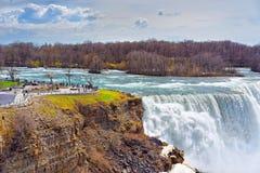Niagara Falls beskådade vid turister från amerikansk sida Royaltyfri Foto