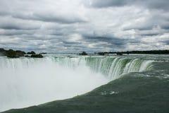 Niagara Falls am bewölkten Tag Lizenzfreie Stockfotografie