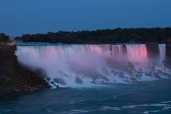 Niagara Falls (cascade à écriture ligne par ligne américaine) au crépuscule Images libres de droits