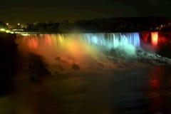Niagara Falls - de Amerikaanse Dalingen en de Bruidssluier vallen 's nachts Stock Afbeelding