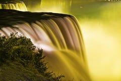 Niagara Falls du côté américain en jaune. Images libres de droits