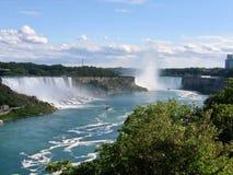 Niagara Falls ein hervorragender Wasserfall in Kanada und in USA entlang dem Internatsschüler an einem Sommertag mit blauem Himme stockfoto