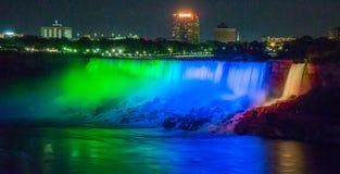 Niagara Falls en la noche Niagara Falls, ENCENDIDO canad? imagen de archivo libre de regalías