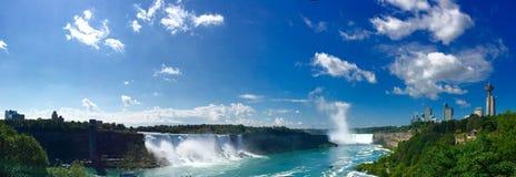 Niagara Falls en panorama tirado de la perspectiva de Canadá Foto de archivo libre de regalías