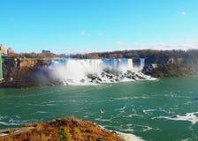 Niagara Falls en un día con el cielo azul - foto realmente natural Canad imagenes de archivo