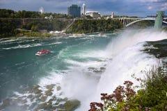 Niagara Falls entre los Estados Unidos de América y Canadá de N foto de archivo