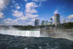 Niagara Falls entre los Estados Unidos de América y Canadá de N imagen de archivo