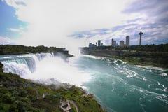 Niagara Falls entre o Estados Unidos da América e o Canadá de N imagens de stock