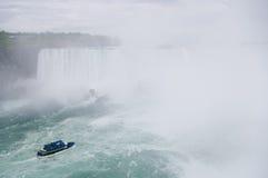 Niagara Falls et bateau sur le fleuve Image libre de droits