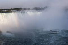 Niagara Falls från den kanadensiska sidan med regnbågen royaltyfri bild