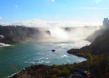 Niagara Falls fuera de un diverso ángulo en un día con el cielo azul C fotos de archivo