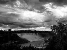Niagara Falls i svartvit bildstil Arkivfoton