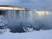 Niagara Falls i vintern med snö och istappar Fotografering för Bildbyråer