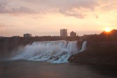 Niagara Falls im Morgen-Glühen Stockbild
