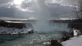 Niagara Falls - kanadische Seite an einem bewölkten Tag stock video footage