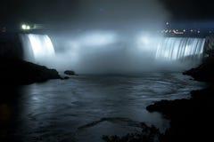 Niagara Falls - la herradura cae (las caídas canadienses) por noche Fotografía de archivo