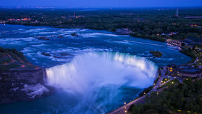 Niagara Falls la nuit Photographie stock libre de droits