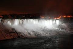 Niagara Falls la nuit avec les lumières blanches Photo stock