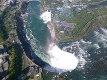 Niagara Falls med en regnbåge fotografering för bildbyråer