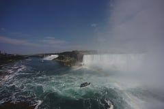 Niagara Falls med regnbågen Arkivbild