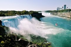 Niagara Falls med sikt av kanadensiska byggnader arkivfoto